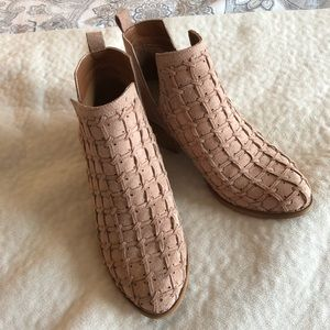 Stylish / Never been Worn / darling shoes